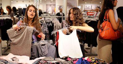 5 Probleme, die wirklich jede kleine Frau beim Klamottenkaufen kennt