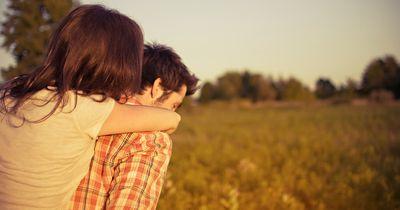 Diese Dinge solltest du niemals vor deinem Partner tun
