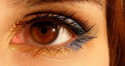 Achtung: Dieser Mascara Fehler macht deine Augen kleiner!