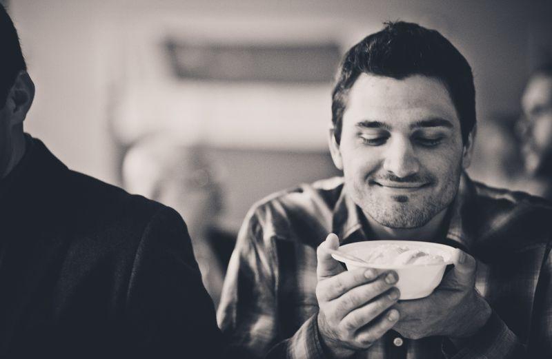Mit diesem überraschenden Verhalten versuchen Männer uns beim Date zu imponieren: