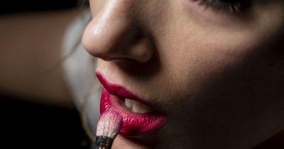 Deswegen solltest du am besten sofort roten Lippenstift auftragen!