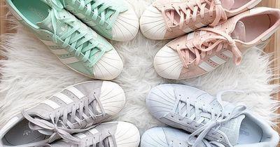 Sneaker in Pastell-Farben