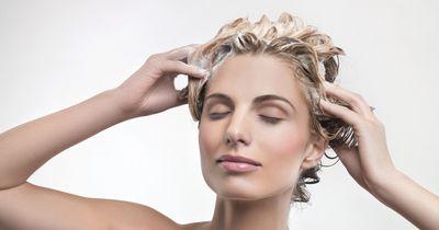 Das passiert, wenn du Aspirin in deine Haare machst