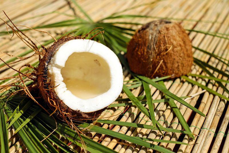 So öffnest du eine Kokosnuss in 2 Schritten