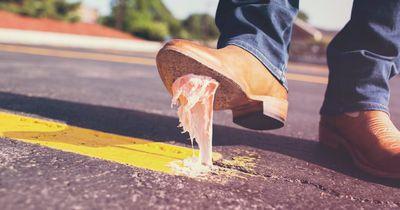 So entfernst du Kaugummi vom Schuh