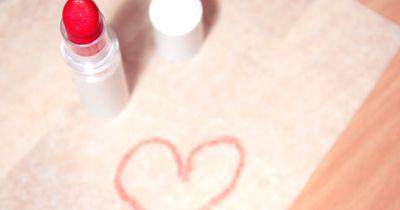 Aus diesem Grund verursacht Lippenstift Bauchschmerzen