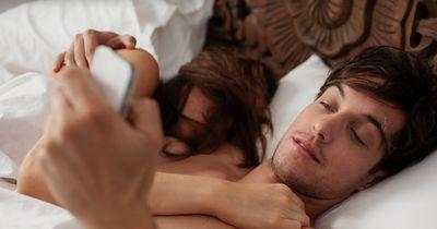 Diese Anzeichen verraten dir, ob dein Partner untreu ist