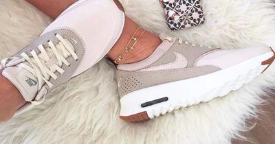 So kannst du deine Sneaker im Sommer barfuß tragen
