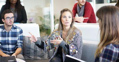6 Psycho-Tricks, mit denen du anderen im Gespräch immer einen Schritt voraus bist