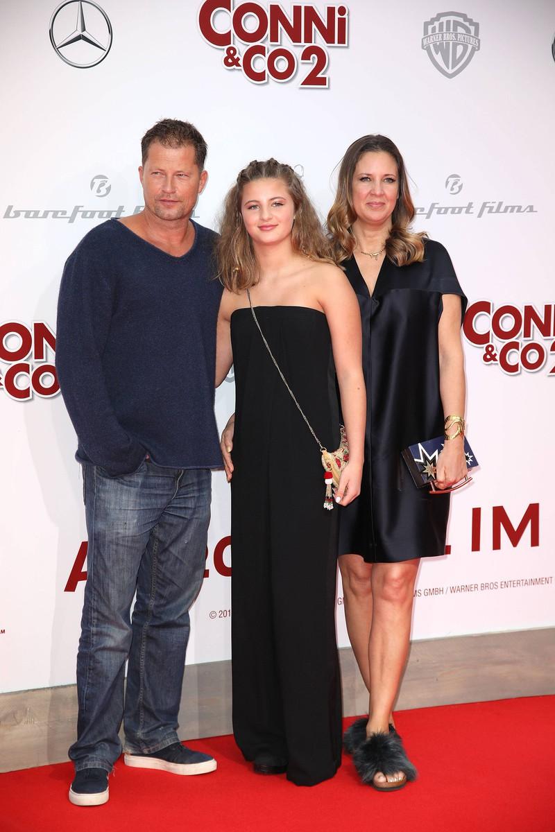 Emma Schweiger wächst zwar immer mehr, aber zeigt sich auf dem roten Teppich trotzdem noch mit Vater Til Schweiger und Dana Schweiger