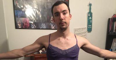 Dieser Mann zieht die Kleider seiner Freundin an ...