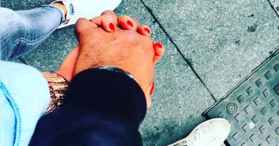 Wie er deine Hand hält, zeigt, ob er dich wirklich liebt