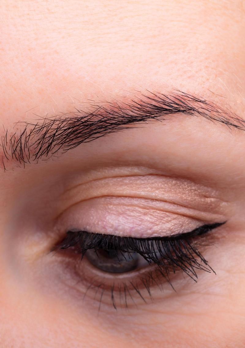 Damit deine Wimpern durch die Mascara nicht verkleben, solltest du das Bürsten während des Aufragend schnell hin und her bewegen.