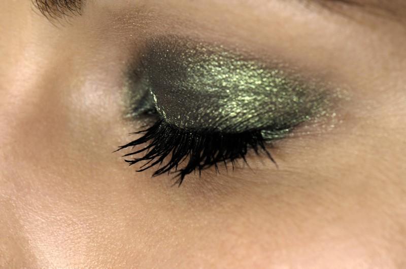 Eine Frau trägt Glitzer-Makeup