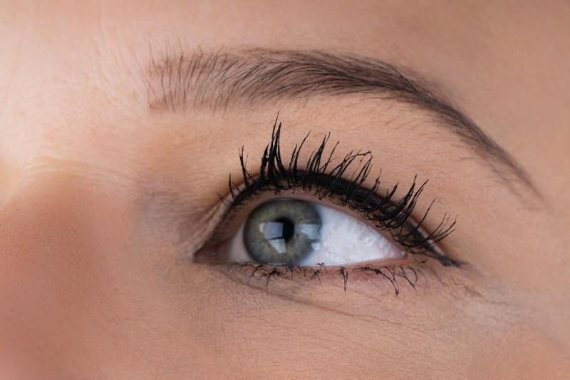 Frau hat gezupfte Augenbrauen