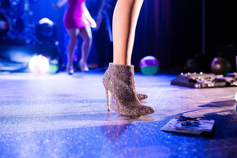 Man sieht hohe Schuhe und es geht um Schmerzen durch hohe Schuhe.