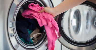 Gebe weißen Essig zu deiner Wäsche und staune