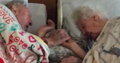 Er ließ die Hand seiner sterbenden Frau nicht los