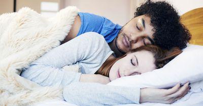 4 Einschlaf-Rituale, die zeigen, ob du in einer glücklichen Partnerschaft lebst