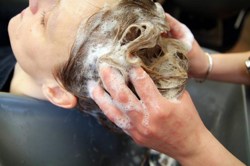 Versuch deinen Friseur nicht zu ekeln und denk an bestimmte Dinge, die du bei deinem Besuch nicht tun solltest.