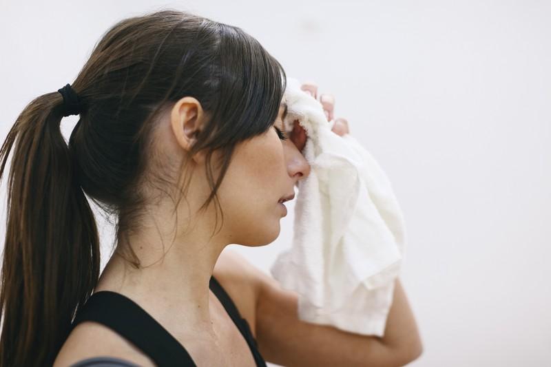 Endlich: 10 Hausmittel die effektiv gegen Schweiß helfen