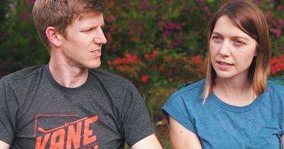 Dieses Paar erhält emotionale Neuigkeiten über sein adoptiertes Kind