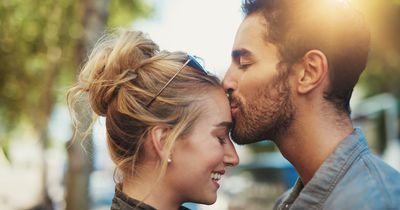 So bestimmt dein Sternzeichen, wer sich in dich verliebt