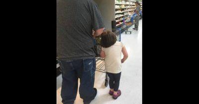 Wie er seine Tochter behandelt ist unglaublich
