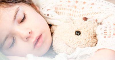 Schlafenszeit! Um diese Uhrzeit sollte dein Kind idealerweise im Bett sein