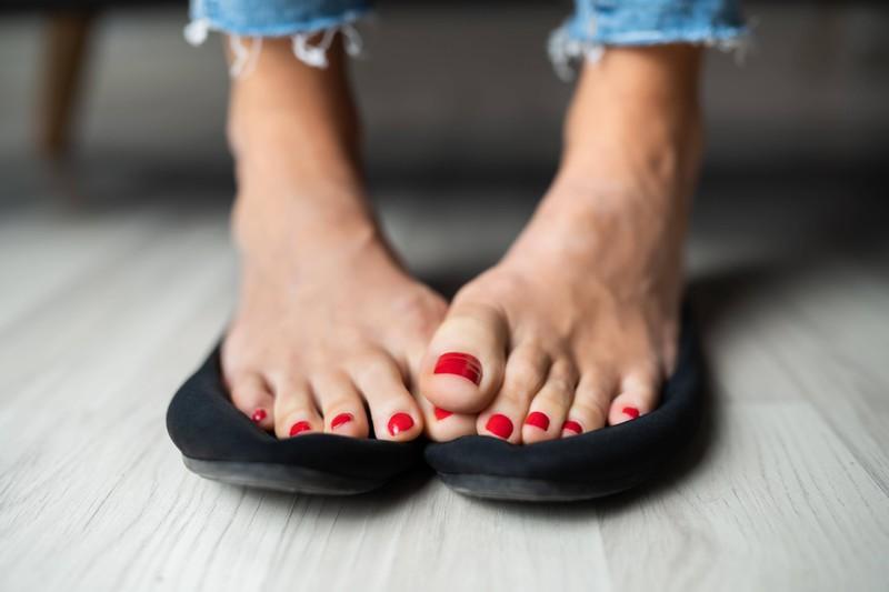 Besonders im Sommer tragen Frauen Sandalen, durch die eklige Blasen entstehen können