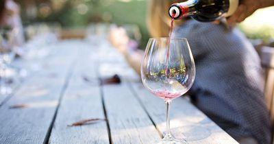 5 Gründe, warum Frauen während ihrer Periode unbedingt auf Alkohol verzichten sollten