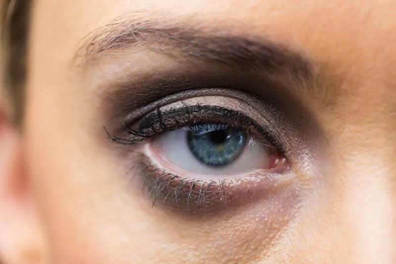 Die Wimperntusche ist überall, wenn man sich als Frau die Augen reibt