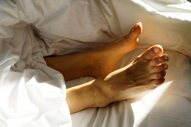 Ebenso ist es sehr beliebt die Hornhaut an den Füßen abzuziehen, damit alles glatt ist