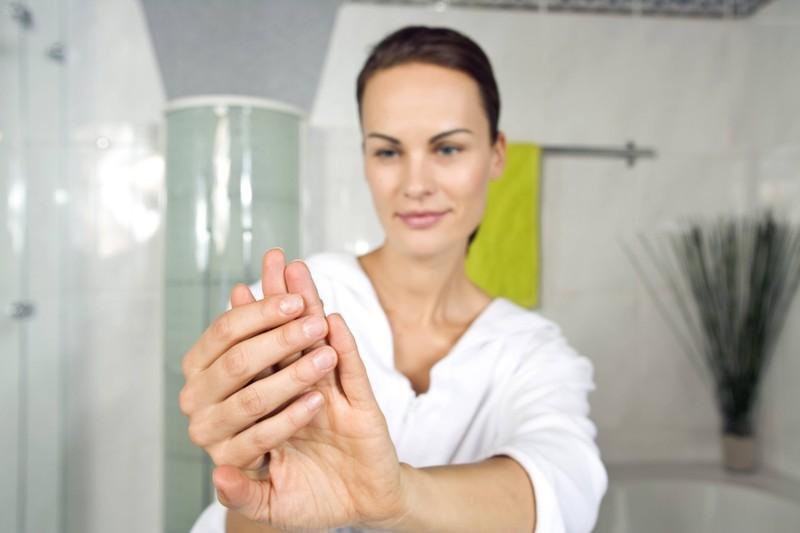 Es ist nicht ungewöhnlich, dass Frauen ihre Fingernägel unter die Lupe nehmen und nach Dreck untersuchen