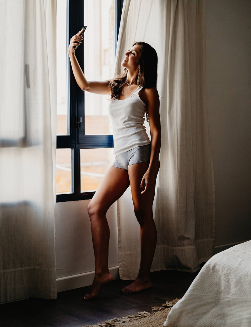 Viele Frauen posen Zuhause auch gerne mal und schießen Selfies