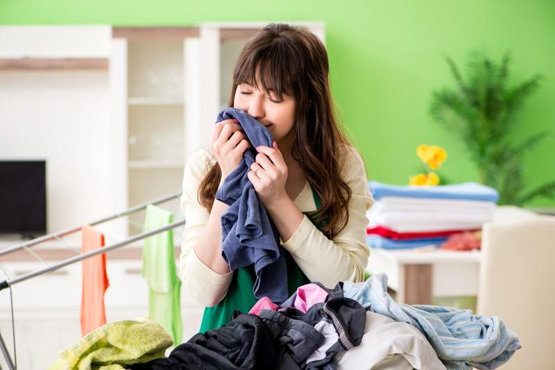 Viele Frauen riechen und schnuppern an allem: Getragener Wäsche oder unter den Achseln
