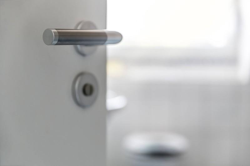 Viele Frauen sitzen bei offener Tür auf der Toilette