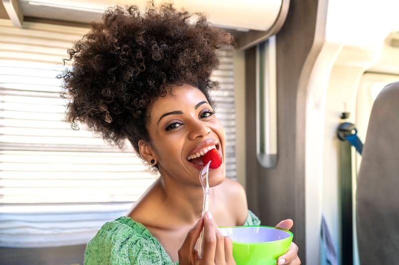 Erdbeeren sind nicht nur lecker und gesund, sondern sorgen auch für einen flachen Bauch.