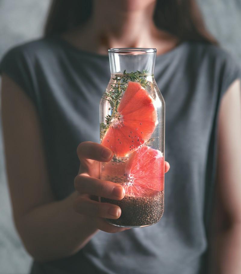 Grapefruit ist eine beliebte Frucht bei Diäten und hilft auch bei einem aufgeblähten Bauch.