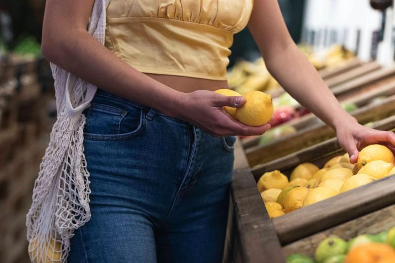 Zitronen sind Alleskönner – sie kurbeln die Verdauung an und hilft gegen den Blähbauch.