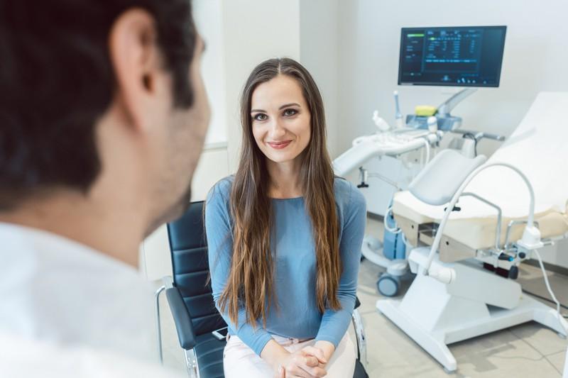 Man sieht eine Frau und es geht um Kommunikation mit dem Frauenarzt.