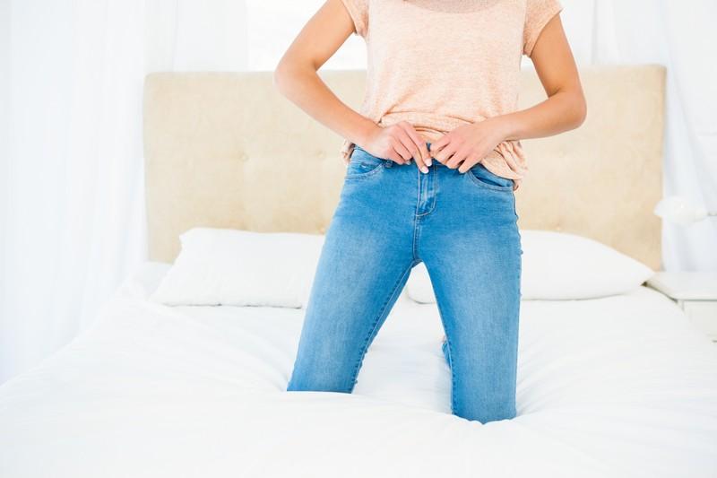 Wer die Hose an den Nacken legt, kann ohne anprobieren überprüfen, ob sie passt.