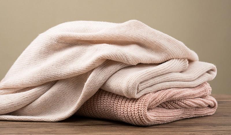 Wer seinen Schal ins Gefrierfach legt kann Fussel vorbeugen.