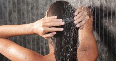 Haare seltener waschen: So klappt es