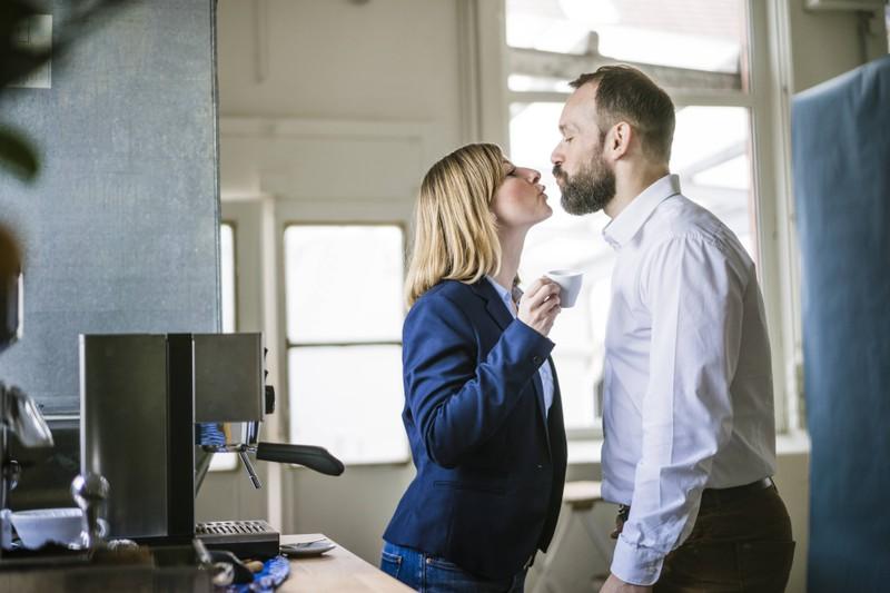 Mann und Frau im Job, die einander nicht fremdgehen