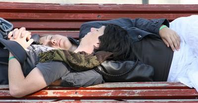 Was verrät die Schlafposition über eure Beziehung?