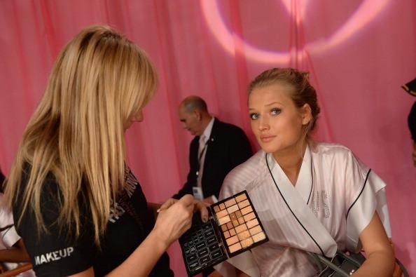 Top-Model Toni Garrn weiß, welche Schminkfehler sie älter aussehen lassen.