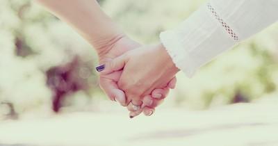 Hädchenhalten: Das verrät es über eure Beziehung