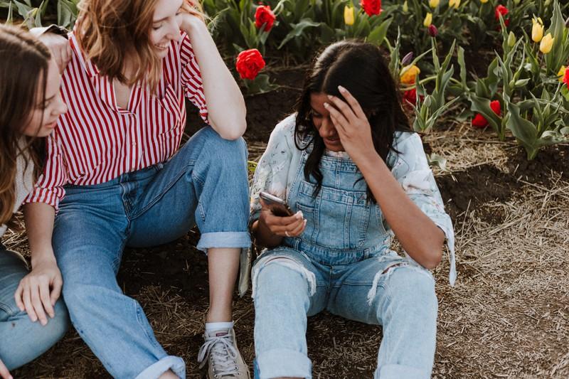 Neidische Freundinnen freuen sich insgeheim über den Misserfolg von anderen, um selbst besser dazustehen