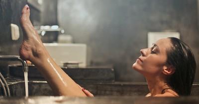Welche komischen Dinge machen Frauen im Badezimmer?
